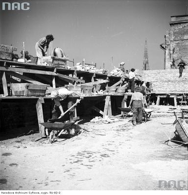 Brygada kobieca budjąca blok na Muranowie (NAC)