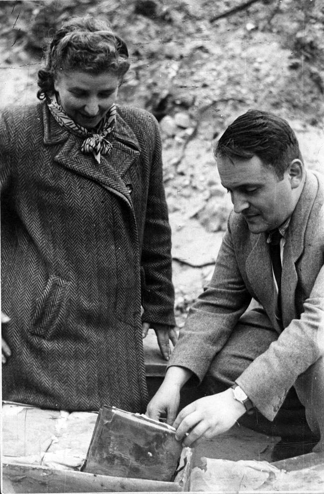 Rachela Auerbach i Hersz Waser nad dokumentami z Archiwum Oneg Szabat