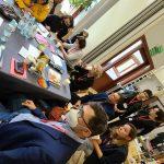 uczestnicy spotkania organizacji żydowskich siedzą przy stole